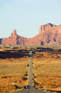 A long straight road leads into Monument Valley Navajo Tribal Park, Arizona'の写真素材 [FYI03767334]