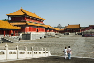 A couple walk through Zijin Cheng, The Forbidden City Palace Museum, Beijingの写真素材 [FYI03767390]