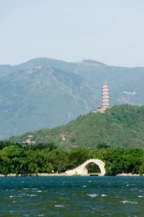A pagoda on Yuquan Mountain seen across Kunming Lake at Yihe Yuan (The Summer Palace), Beijingの写真素材 [FYI03767399]