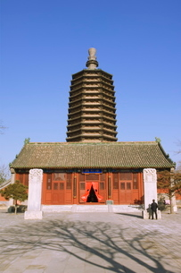 A pagoda and temple building at Tianningsi temple, Beijingの写真素材 [FYI03767454]