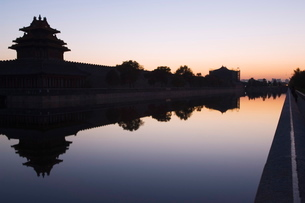 A reflection of a watch tower on the wall of the Forbidden City Palace Museum, silhouetted at dusk,の写真素材 [FYI03767455]