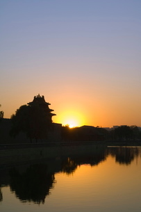 Sunset on a watch tower on the wall of the Forbidden City Palace Museum, Beijingの写真素材 [FYI03767457]