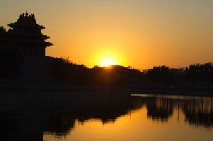 Sunset on a watch tower on the wall of the Forbidden City Palace Museum, Beijingの写真素材 [FYI03767458]