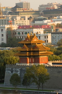 A watch tower on the wall of the Forbidden City Palace Museum, Beijingの写真素材 [FYI03767461]