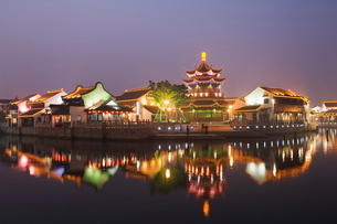 Traditional old riverside houses and pagoda illuminated at night in Shantang water town, Suzhou, Jiaの写真素材 [FYI03767470]