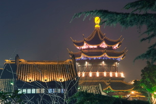 Pagoda and traditional architecture illuminated at night in Shantang water town, Suzhou, Jiangsu Proの写真素材 [FYI03767474]