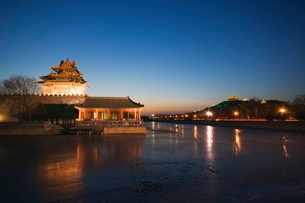 Forbidden City Palace Museum moat and Jingshan Park pavilions illuminated at night, Beijingの写真素材 [FYI03767476]