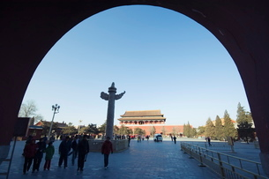 a Huabiao statue under an arch of the Gate of Heavenly Peace between the Forbidden City and Tiananmeの写真素材 [FYI03767482]