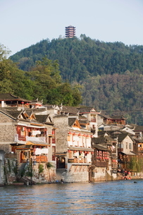 Hilltop pavilion overlooking the riverside old town of Fenghuang, Hunan Provinceの写真素材 [FYI03767514]