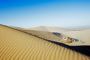 Ming Sha sand dunes and pavilion at Crescent Moon Lake, Dunhuang, Gansu Provinceの写真素材 [FYI03767516]
