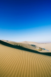 Ming Sha sand dunes and pavilion at Crescent Moon Lake, Dunhuang, Gansu Provinceの写真素材 [FYI03767518]
