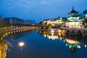A riverside pavilion illuminated at night in Guiyang city, Guizhou Provinceの写真素材 [FYI03767528]