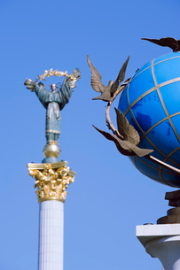 Statue of a blue globe with doves of peace and symbol of Kiev statue, Maidan Nezalezhnosti (Independの写真素材 [FYI03767577]