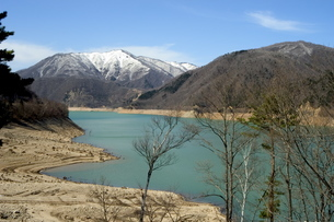 Lake and mountains, Gifu prefecture, Honshu island, Japanの写真素材 [FYI03767584]