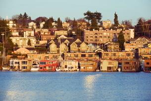 Residential houses on Lake Union, Seattle, Washington State'の写真素材 [FYI03767595]