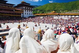 Spectators watching the Autumn Tsechu (festival) at Trashi Chhoe Dzong, Thimpu, Bhutanの写真素材 [FYI03767634]