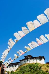 Prayer flags below Wangdue Phodrang Dzong, founded by the Zhabdrung in 1638, Bhutanの写真素材 [FYI03767655]