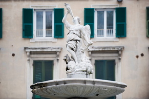 Stone carved statue in the old town, Genoa (Genova), Liguriaの写真素材 [FYI03767659]