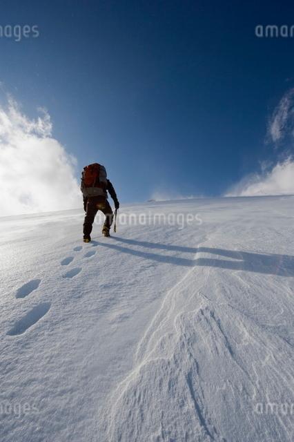Mountain climber on snow covered Mount Fuji, Shizuoka Prefecture, Japanの写真素材 [FYI03767673]