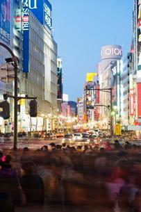 Night lights at Shibuya crossing, Shibuya ward, Tokyo, Japanの写真素材 [FYI03767677]