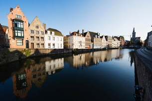 Reflection of old houses in a canal, Old Town, Bruges, Flanders, Belgiumの写真素材 [FYI03767723]