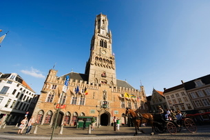 The 13th century Belfort (belfry tower) in market square, Old Town, Bruges, Flanders, Belgiumの写真素材 [FYI03767728]