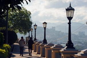 Joggers in Park La Leona, Tegucigalpa, Hondurasの写真素材 [FYI03767780]