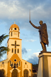 Statue and church in town square, Salento, Colombiaの写真素材 [FYI03767810]