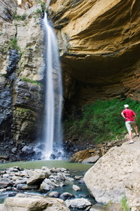 Tourist at El Hayal Waterfall, Santa Sofia, near Villa de Leyva, Colombiaの写真素材 [FYI03767818]