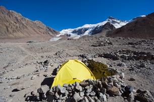 Tent at Plaza de Mulas base camp, Aconcagua 6962m, highest peak in the western hemisphere, Aconcaguaの写真素材 [FYI03767819]