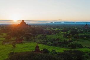 Temples on Bagan plain at sunrise, Bagan (Pagan)の写真素材 [FYI03767917]