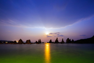 Full moon rising over rock stacks, Hashikuiiwa, Wakayama Prefecture, Honshu, Japanの写真素材 [FYI03767922]