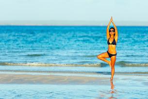 Girl on Sugar Beach, Bantayan Island, Cebu, The Visayas, Philippines, Southeast Asiaの写真素材 [FYI03767944]