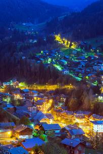 Resort town of Morzine, Rhone Alps, Haute Savoieの写真素材 [FYI03768006]
