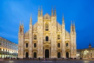 Piazza del Duomo and the Duomo, Gothic style cathedral, Milan, Lombardyの写真素材 [FYI03768017]