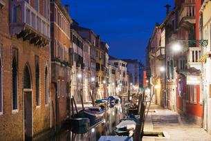 Canal boats, Venice, Venetoの写真素材 [FYI03768036]