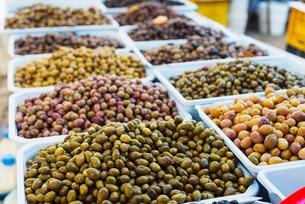 Olives in fresh produce market, Fethiye, Anatolia, Turkey Minor, Eurasiaの写真素材 [FYI03768049]