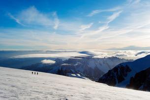 Ski tourer on Mont Blanc and Mont Blanc du Tacul, 4248m, behind, Chamonix, Rhone Alpes, Haute Savoieの写真素材 [FYI03768054]
