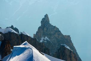 Climbers descending from Aiguille du Midi, Chamonix, Rhone Alpes, Haute Savoieの写真素材 [FYI03768057]