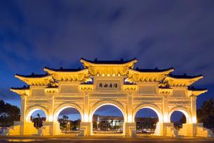 Freedom Square Memorial arch, Chiang Kaishek Memorial Grounds, Taipei, Taiwanの写真素材 [FYI03768084]
