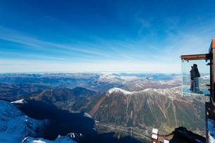 Into the Void viewing platform on Aiguille du Midi, Chamonix, Rhone Alpes, Haute Savoie, French Alpsの写真素材 [FYI03768108]