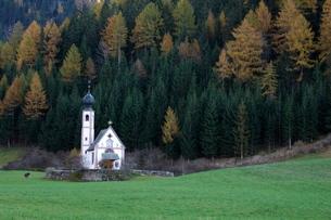 St. Johann church, Santa Maddalena, Val di Funes, Dolomites, Bolzano province, Trentino-Alto Adigeの写真素材 [FYI03768141]