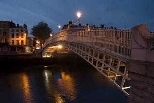 Half Penny Bridge (Ha'Penny Bridge) over Liffey River, Dublin, County Dublin (Eire)の写真素材 [FYI03768213]