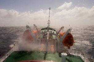 Antarctic Dream navigation on rough seas near Cape Horn, Drake Passage, Tierra del Fuego, Antarcticの写真素材 [FYI03768219]