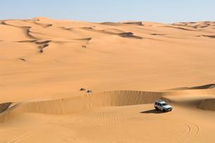 SUV on sand dunes, Erg Awbari, Sahara desert, Fezzan, Libyaの写真素材 [FYI03768290]