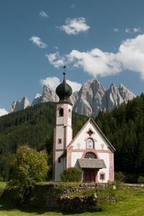St. Johann Church, Funes Valley (Villnoss), Dolomites, Trentino Alto Adige, South Tyrolの写真素材 [FYI03768467]