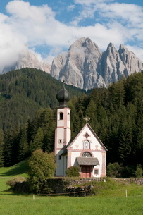 St. Johann Church, Funes Valley (Villnoss), Dolomites, Trentino Alto Adige, South Tyrolの写真素材 [FYI03768472]