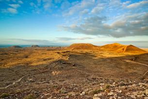 View from Calderon Honda crater of lava rock ruins and volcanic cones of the north, Lajares, Fuertevの写真素材 [FYI03768862]