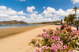 The half moon town beach at this popular tourist hub for the southern surf coast, San Juan del Sur,の写真素材 [FYI03768889]