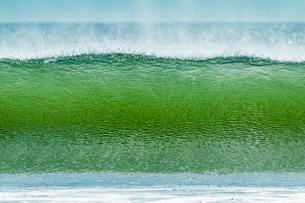 Classic tubular shore break surfing wave typical of this region, Playa Hermosa, San Juan del Sur, Riの写真素材 [FYI03768900]